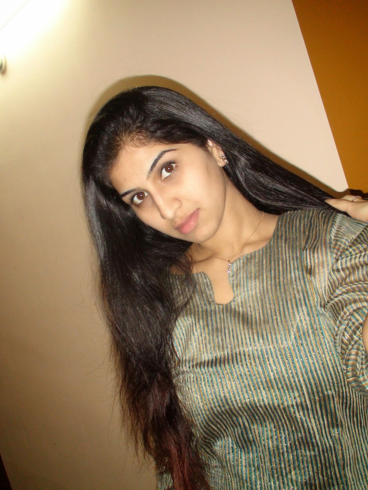 Indian Desi Beautiful Hot College Girls Leaked Photos