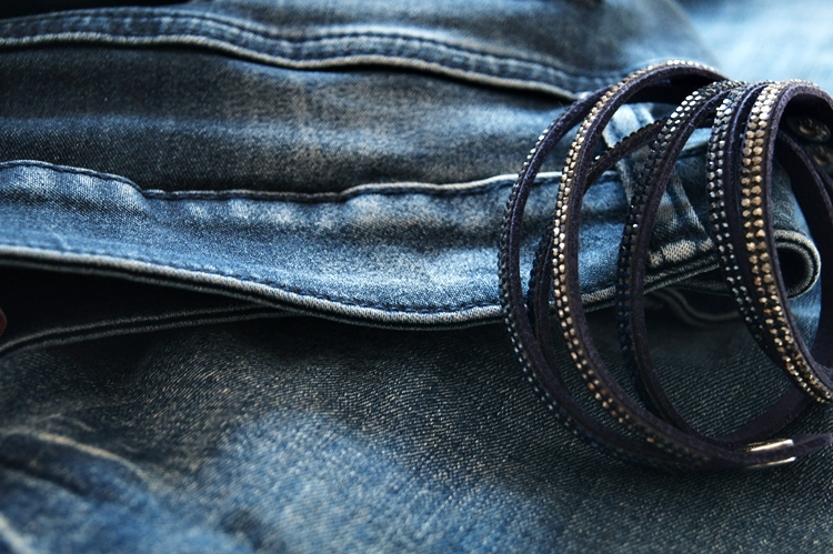 Blog & Fotografie by it's me! - blaues Glitzerarmband und Blue Jeans