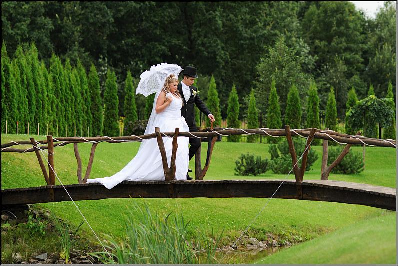 jaunavedžių pora su skėčiu ir cilindru