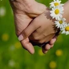 flores nas mãos