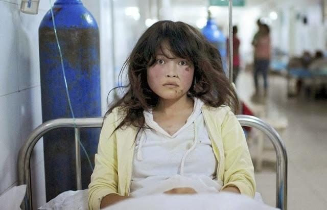 Китайская девушка получает медицинскую помощь в одной из больниц провинции Ганьсу после землетрясения