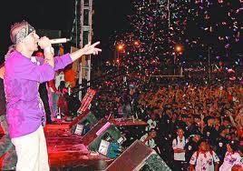grupo invitado cantando en el estadio Miguel Felix Charlaix