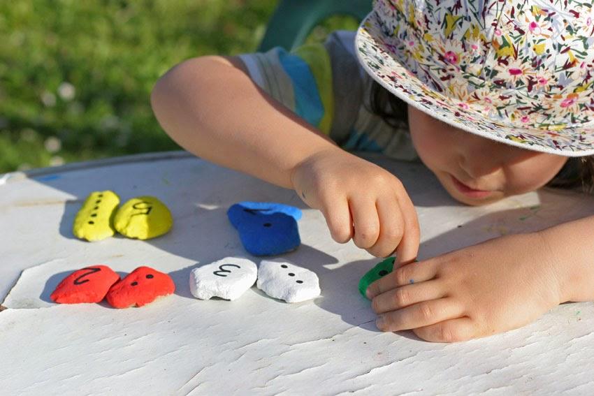 Jugando con números y piedras de colores2
