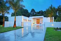 Foto fachada de casa moderna de un piso blanca lujosa con piso brilloso