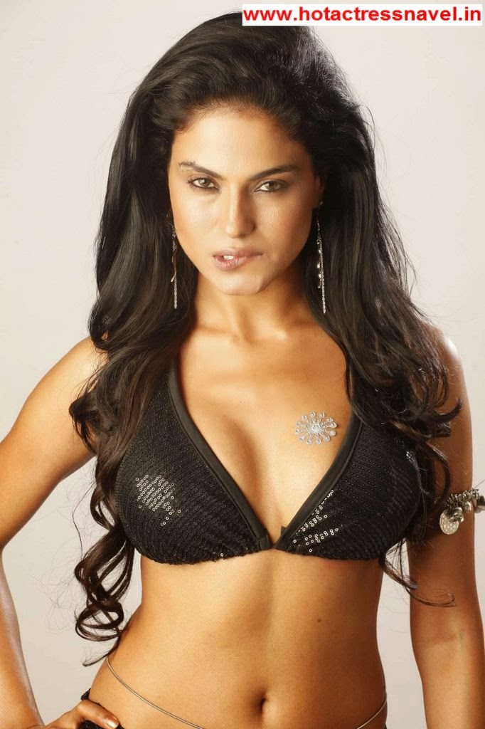 Veena Malik Hot Navel Bare Back And Cleavage Show In Mutham Thara Vaa Movie