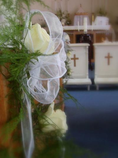 banchi chiesa, decorazioni matrimonio rose bianche