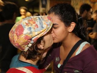 Em maio do ano passado, estudantes da UnB fizeram, no prédio conhecido como 'Minhocão', um 'beijaço' contra a homofobia. Na época, o protesto fez parte do '3º UnB Fora do Armário' (Foto: Roberto Jayme)