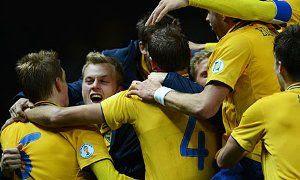 pemain-swedia-saling-peluk-selebrasi-gol-rasmus-elm