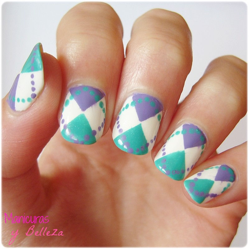 Nail art jersey de rombos Argyle sweater nails manicura geométrica geometría Essie Mua Astra blanco turquesa lila white dots clothes inspired fashion