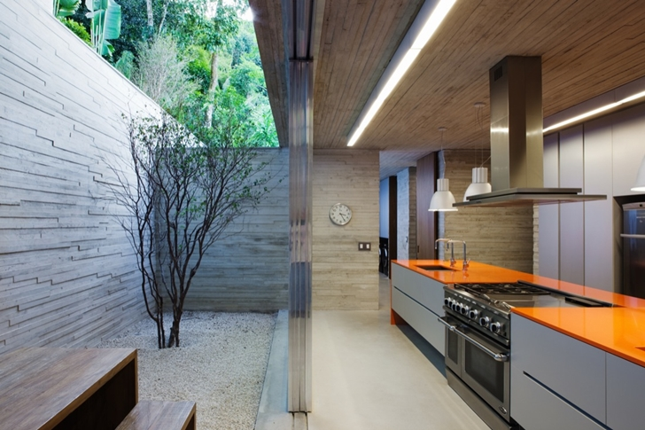 Kitchen in Modern beach house in Brazil by Marcio Kogan