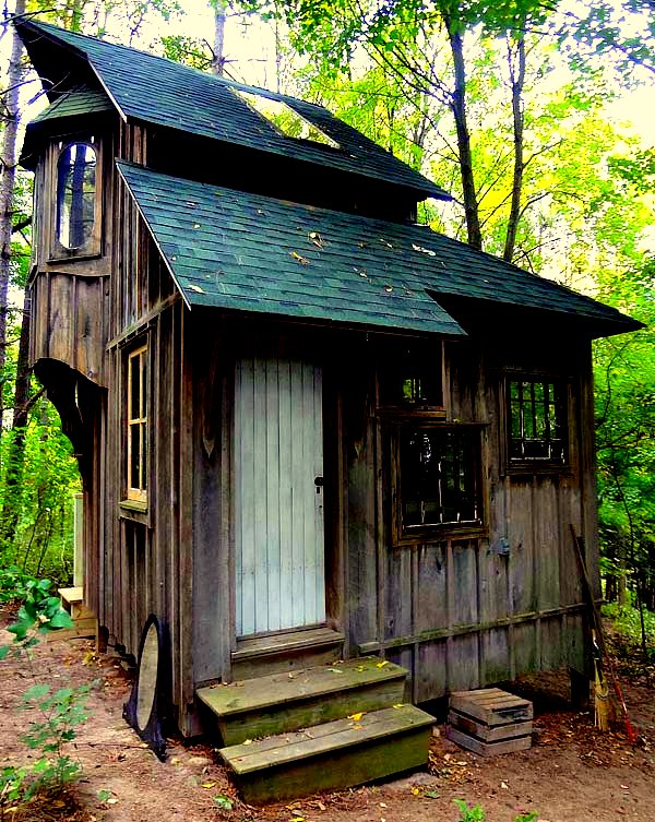 The flying tortoise zinta aistars gorgeous little rustic for Tiny house cottage