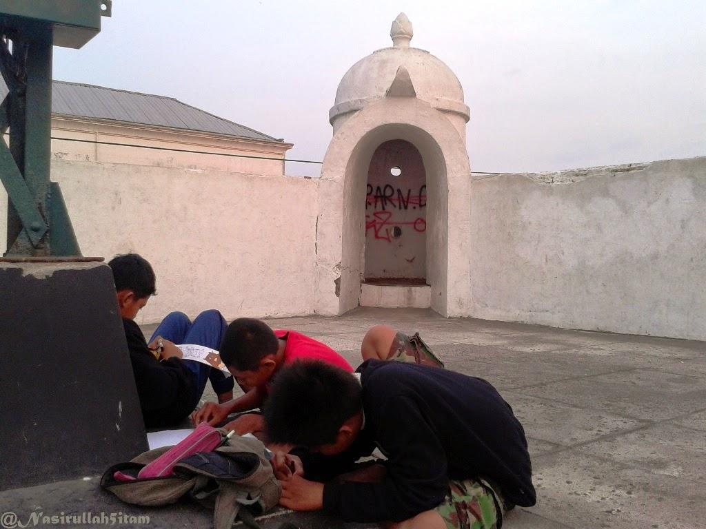 Sekumpulan anak sedang latihan membuat Sketsa