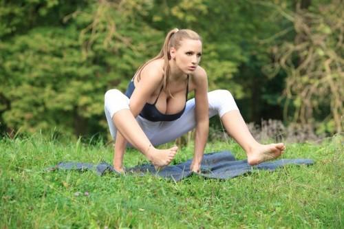 Tập yoga cùng siêu mẫu ngực bự lộ núm 11