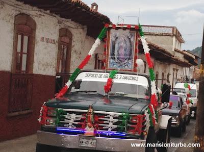 Caravanas de automóviles en honor de la Virgen de Guadalupe en Pátzcuaro