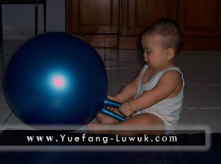 hadi_bermain_bola_biru