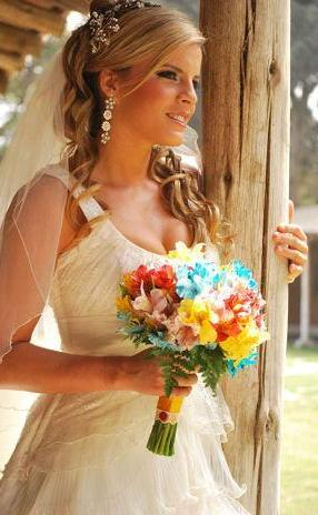 Alejandra Baigorria posando de perfil con vestido de novia