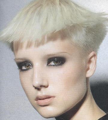 Mujer futurista con mini bob