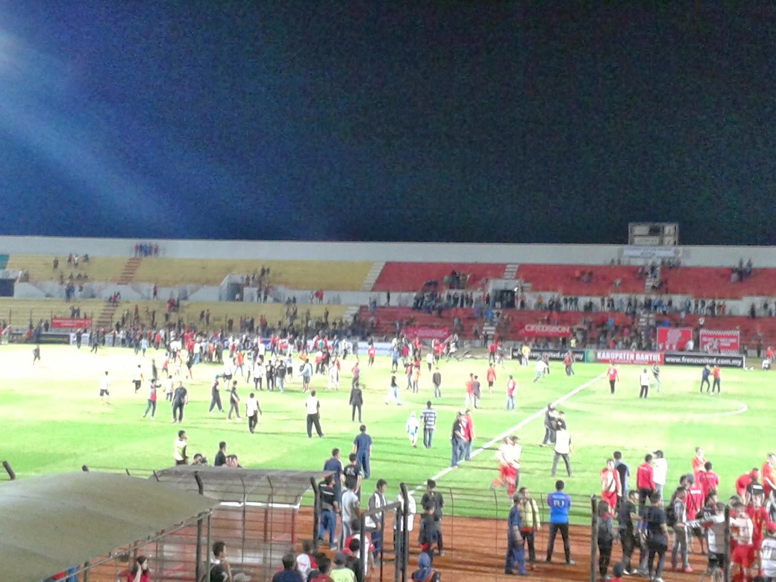Penonton merangsek kedalam stadion