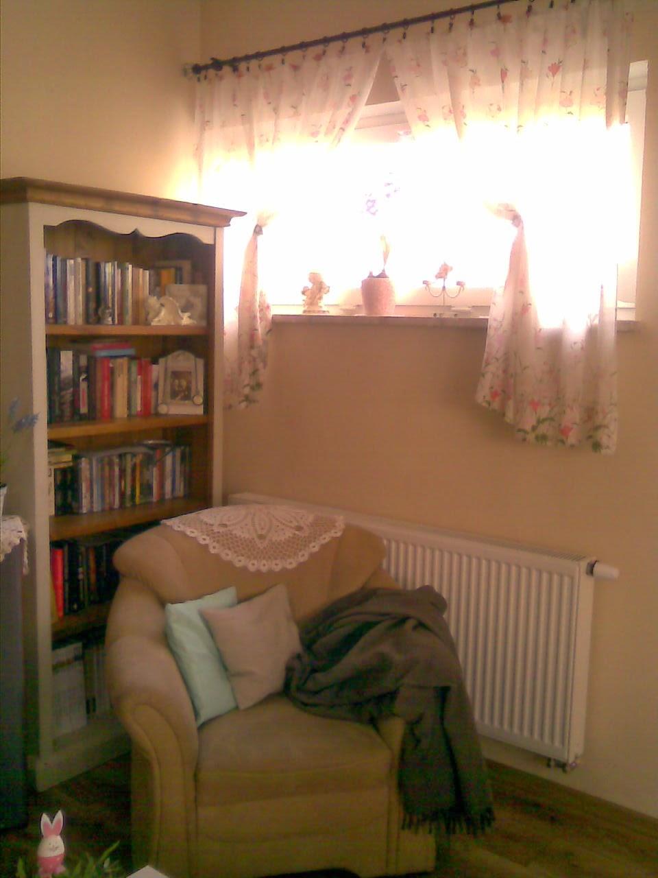 Salon i kącik z książkami