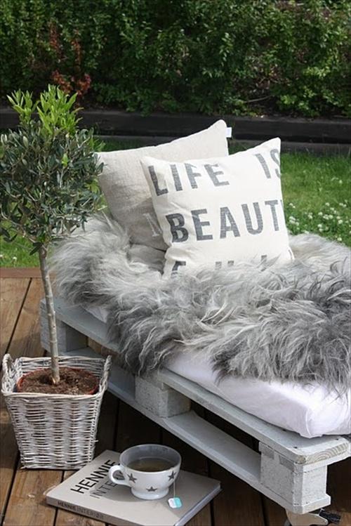 Pallet sofa inexpensive seating arrangement ideas for Pallet furniture blogspot com