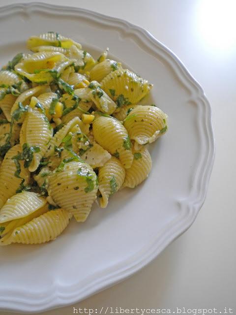 pasta fredda al pesto di rucola con mais e formaggio