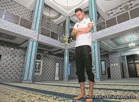 Danny Blum as Muslim [2]