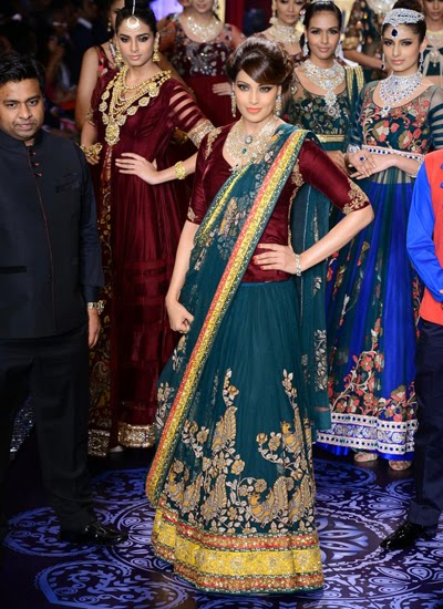 Bipasha Basu walked the ramp for PC Jewellers in designer Neeta Lulla at IIJW-2014