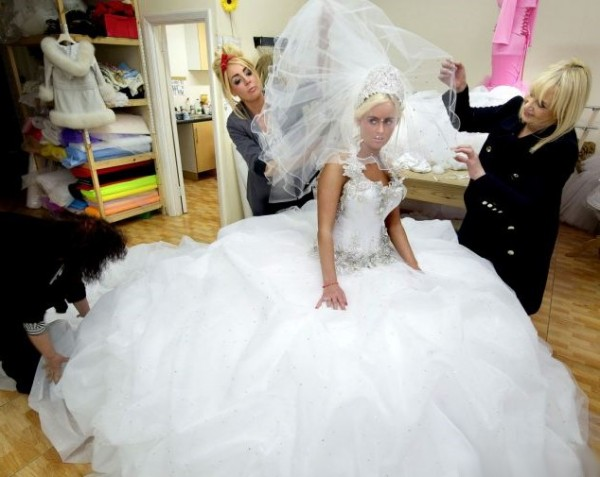 white wedding dress with the theme of royal queen wedding dress