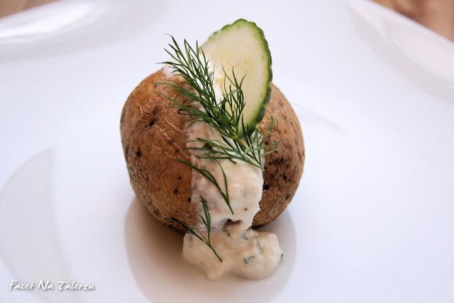 Pieczony ziemniak z fetą, jogurtem i ogórkiem