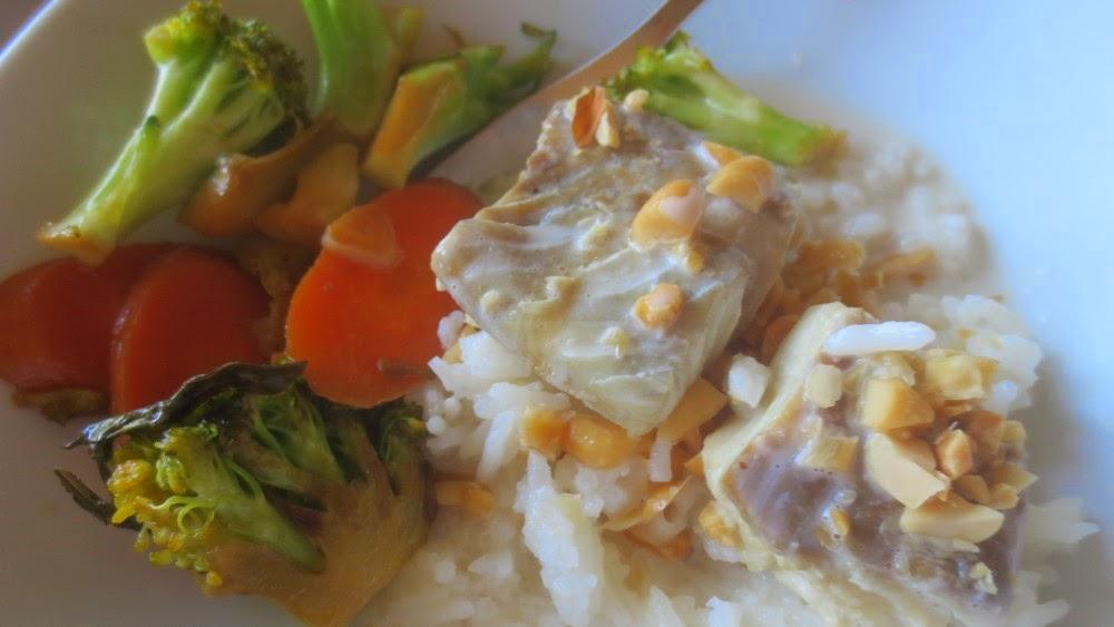 In Kokos-Gewürz-Sud pochierter Fisch mit Reis und Broccoli-Karotten-Gemüse aus dem Wok
