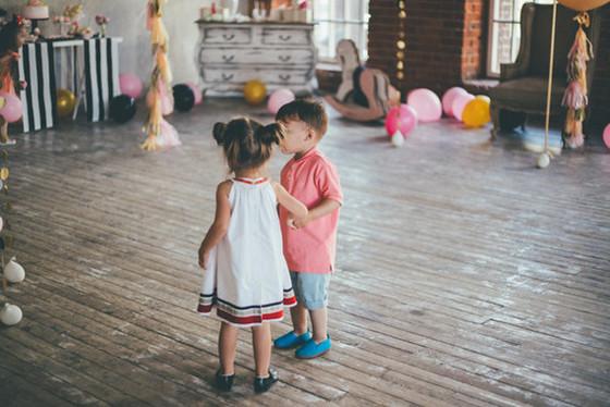 imagen_fiesta_cumpleaños_confeti_globos_casa_local_mesa_dulces