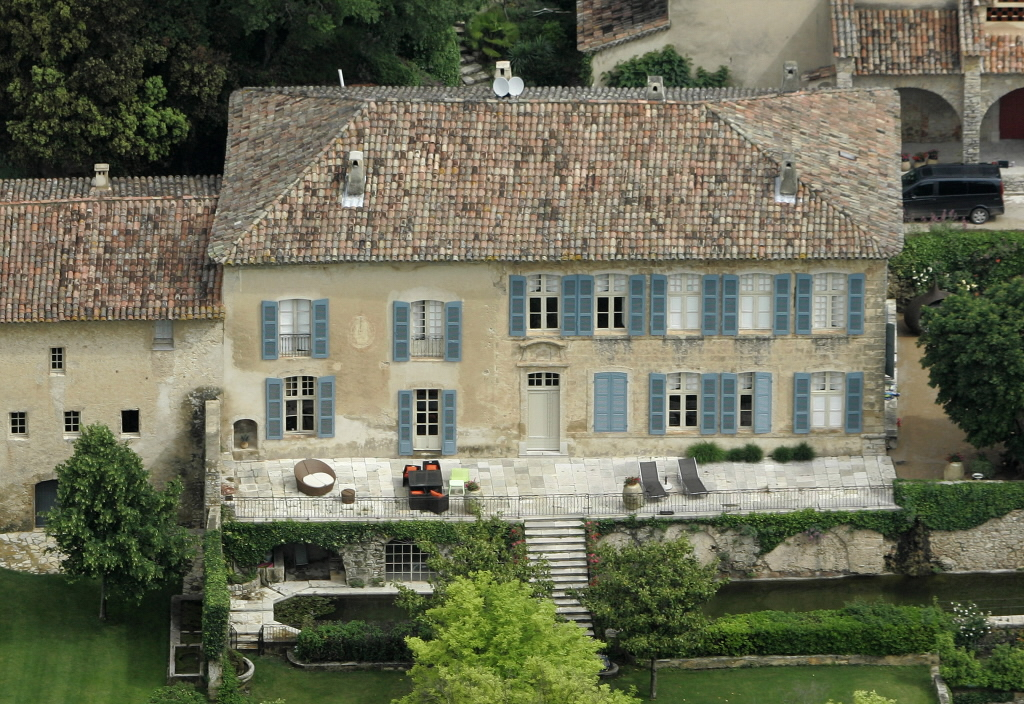 Celebrity cribs angelina and brad pitt house in france for Provence home