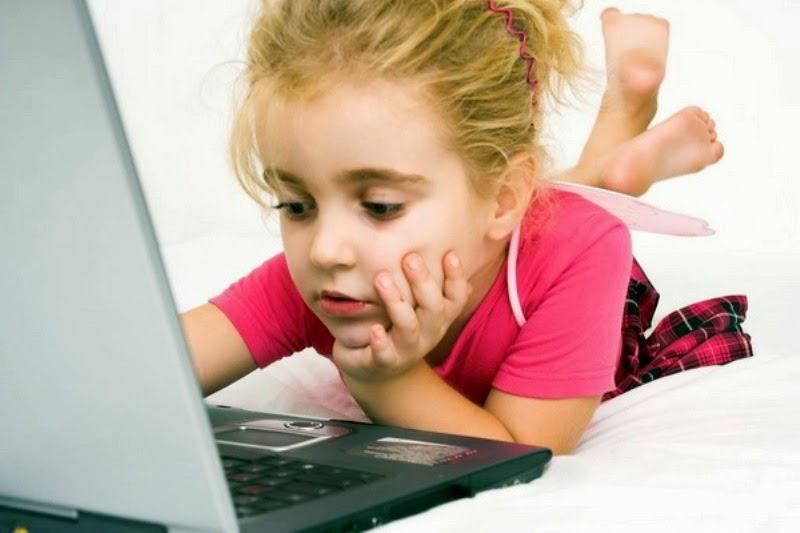 Foto balita cantik bermain laptop