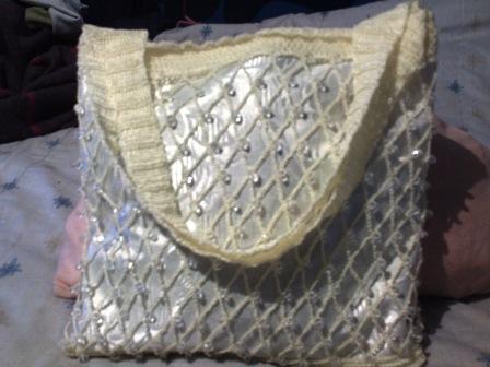 curiosicosas: Bolsa de mano tejida con cuentas de acrilico