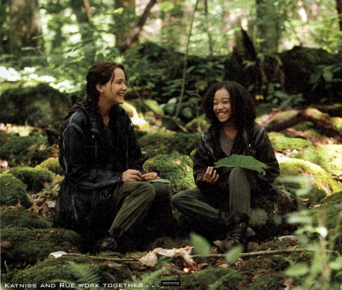 the world of hunger games magazine scans more stills from the katniss and rue having a good time eating their meal in the arena