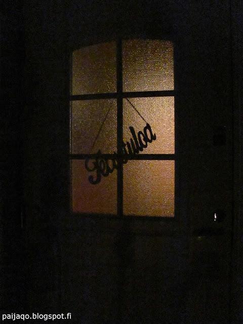 pimeä ovi