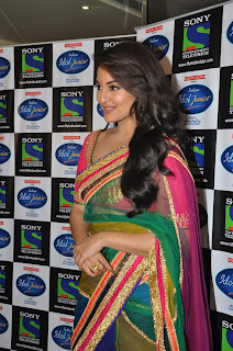 Sonakshi Sinha Pos in Saree on Indian Idol Junior Sets 0002.jpg