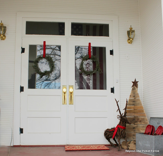 porch ideas, Christmas decor, pallet tree, wreath, DIY, http://bec4-beyondthepicketfence.blogspot.com/2015/12/home-for-christmas-home-tour-blog-hop.html