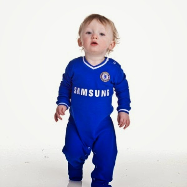Foto bayi lucu pakai seragam sepak bola chelsea
