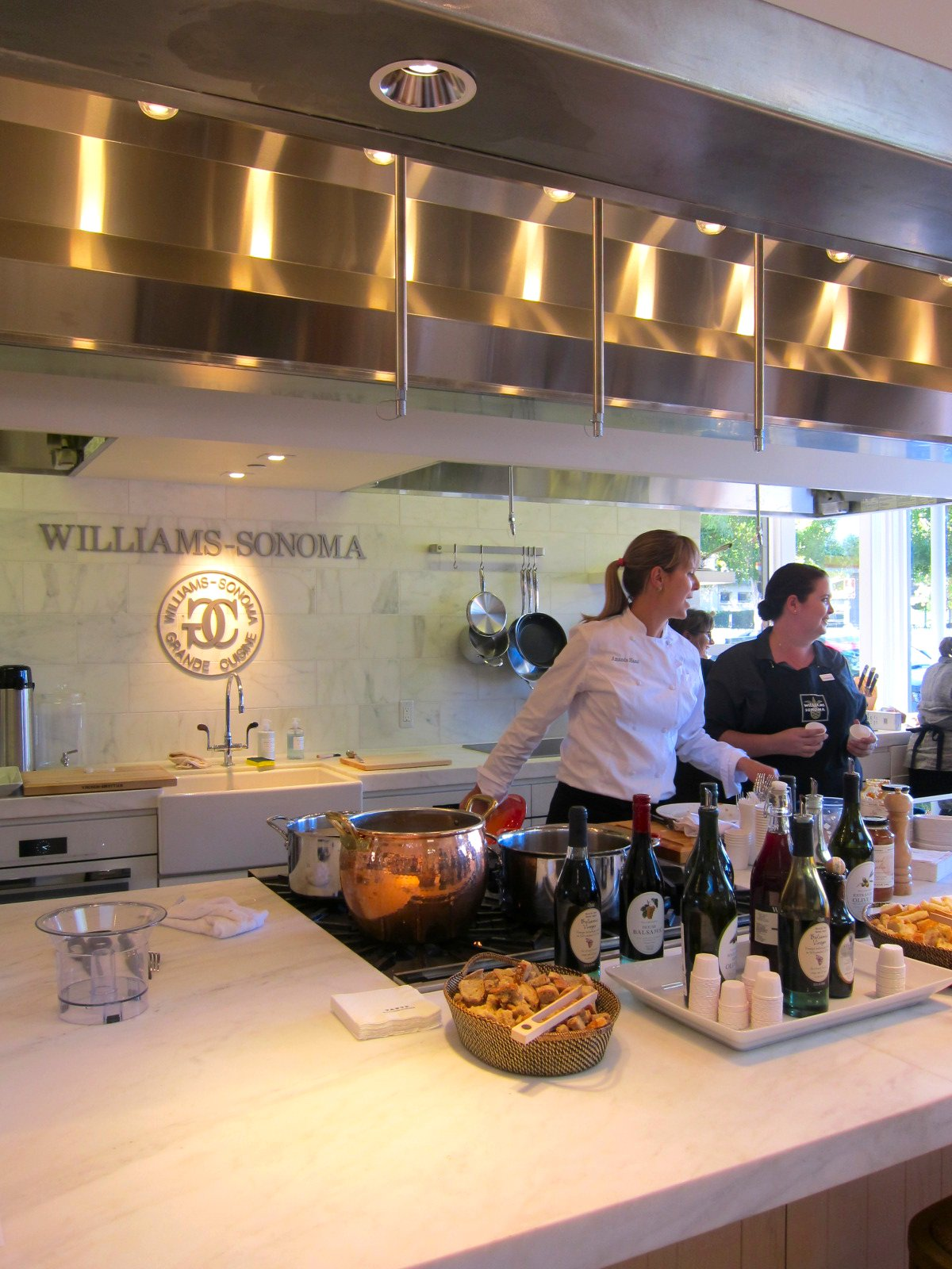 williams sonoma Charles edward chuck williams (october 2, 1915 - december 5, 2015) was the american founder of the williams-sonoma company and author and editor of more than 100 books on the subject of cooking.
