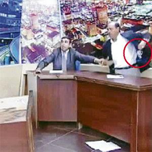 MOHAMMAD (kanan) menghampiri Mansour sambil mengeluarkan pistol dari jaketnya (bulatan merah).