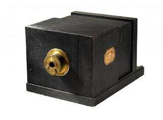 """Самая старая и дорогая в мире фотокамера """"Дагерротип"""" братьев Сюсс, которая когда-либо продавалась в мире, была продана в 2007 году на венском аукционе. Стоимость раритетной вещицы составила около 800 тыс. долларов США против стартовой – 100 тыс. евро."""