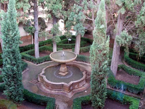 Jardines o patios con fuentes decorativas cocinas modernass for Imagenes de patios pequenos