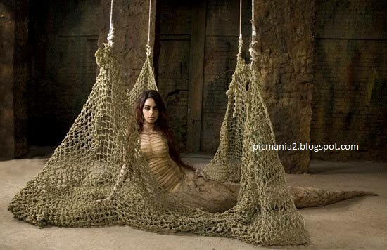 Malika Sherawat Item Number hot image gallery with cleavage