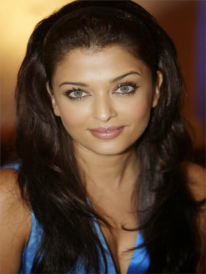 Hot snaps stills of aishwarya rai's close-up of huge juicy milky tight cleavage in blue tight top