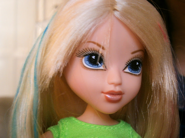 Avery Doll with Hair streaks magic colours