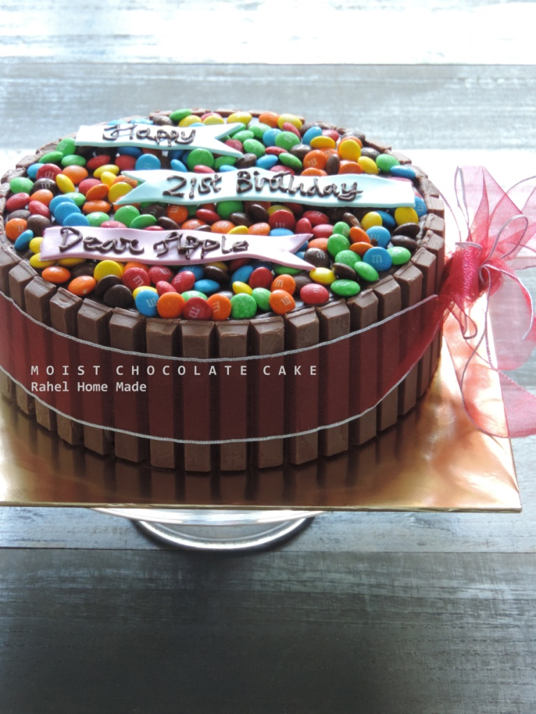 Moist Choc Cake (topping M&M dan Coklat Kit Kat)