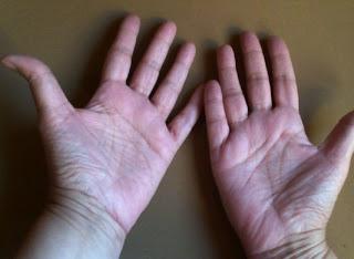Dos manos abiertas, esperando una lectura