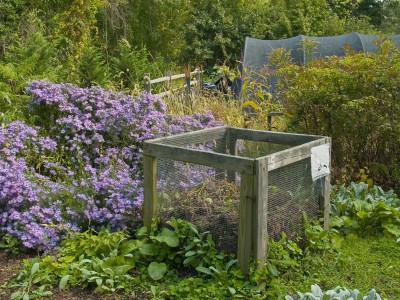 Come costruire una compostiera da giardino, anche con i bancali