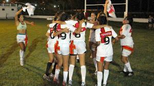 Las chicas de Cardenales RC festejan el título conseguido ante las uruguayas de Vaimaca